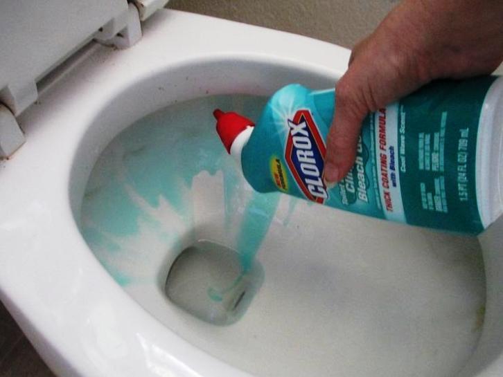 Как почистить забитый унитаз в домашних условиях