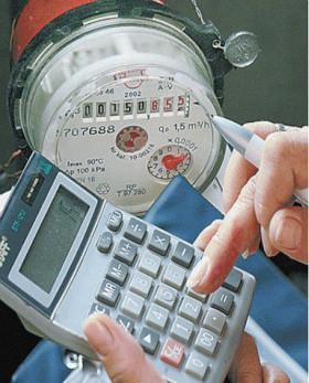 Калькулятор в руке и счётчик на воду