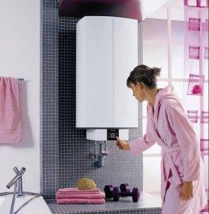 Женщина включает водонагреватель