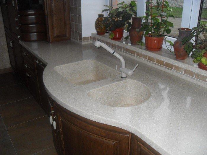 Интегрированная мойка в кухонной комнате