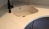 Мойки из искусственного камня в интерьере кухни