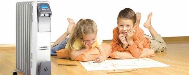 Дети играют возле масляного обогревателя