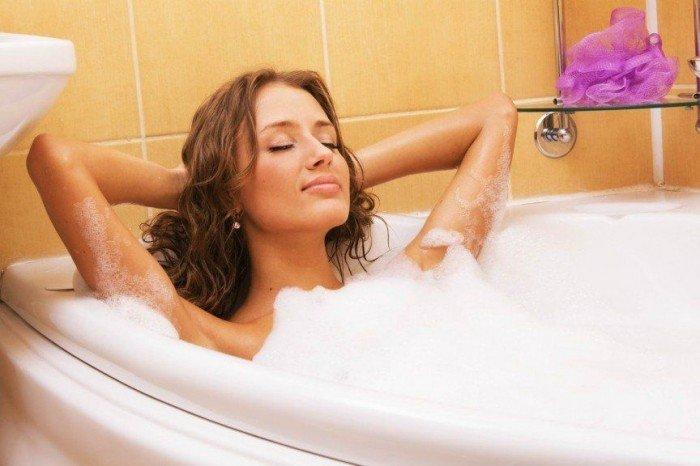 Девушка нежится в ванне