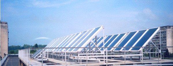 изображение промышленного солнечного коллектора, установленного на крыше здания
