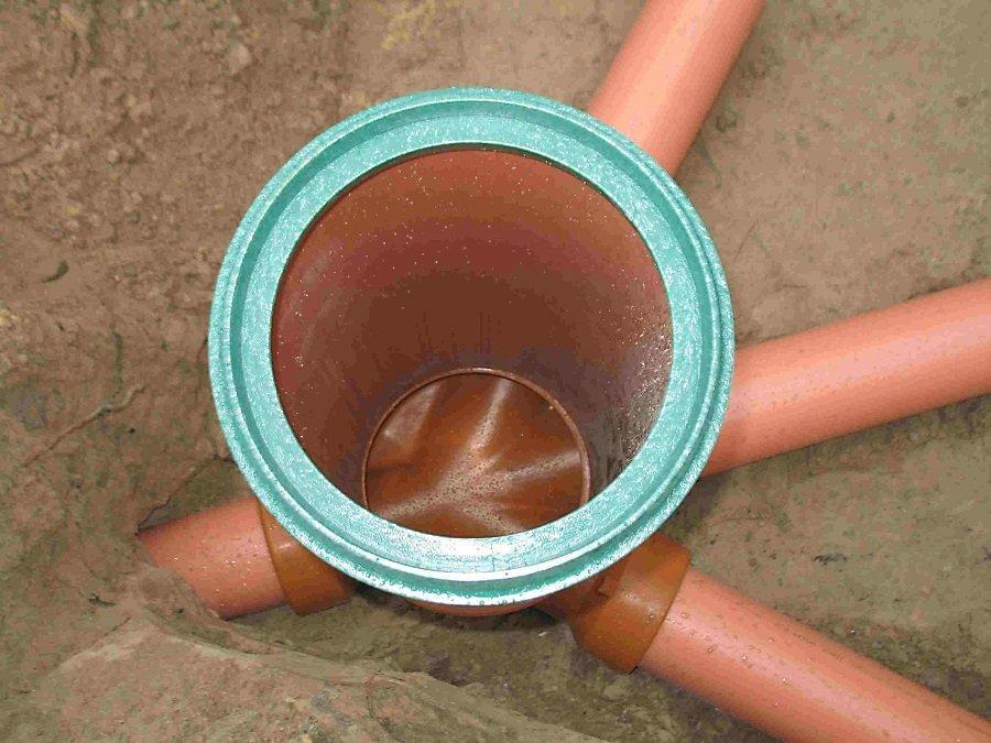 Открытый канализационный колодец