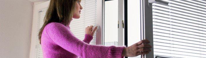 Frau ffnet ein Fenster