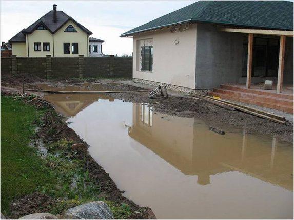 Участкам, которые часто подвергаются затоплению, дренажная система просто необходима