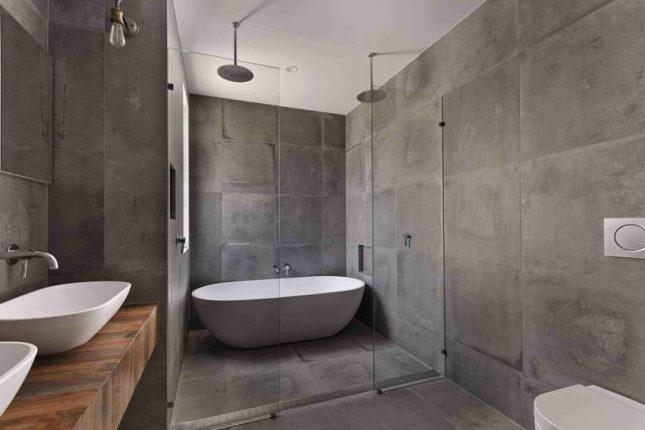 Ванна в стиле лофт с серыми стенами