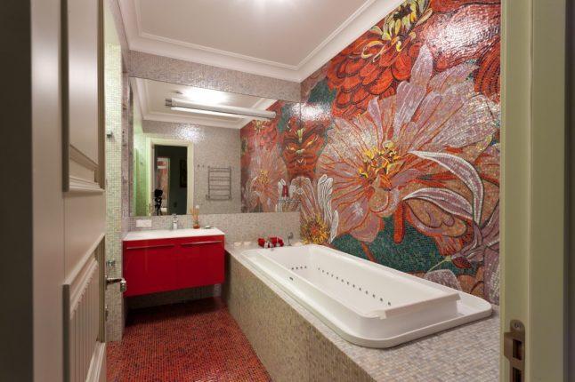 Плитка мозаика в ванной с цветами