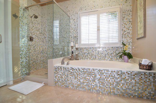 Плитка мозаика в ванной с абстрактным рисунком
