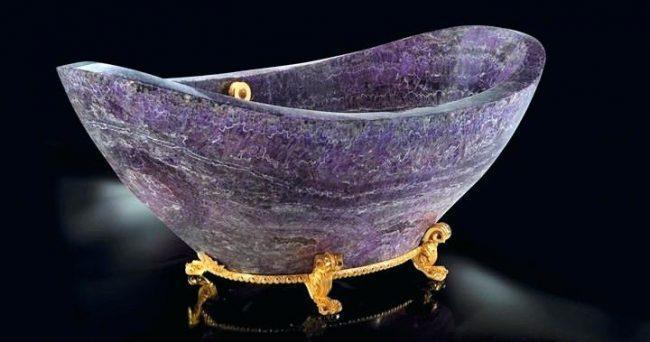 Каменная ванна на золоченых ножках