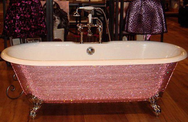 Ванна, декорированная кристаллами