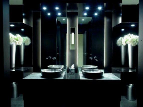 Освещение тёмной ванной комнаты