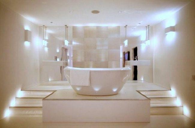 Освещение ванной в светлых тонах