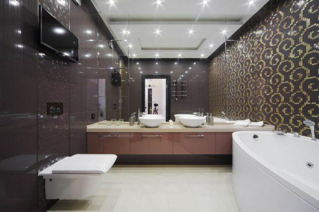 Декоративный эффект отражения света в ванной комнате