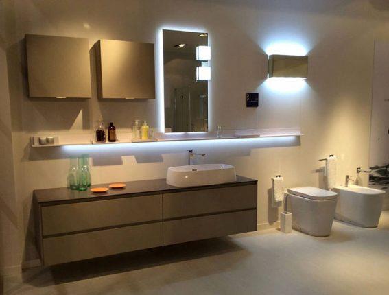 Оригинальная подсветка в современной ванной комнате