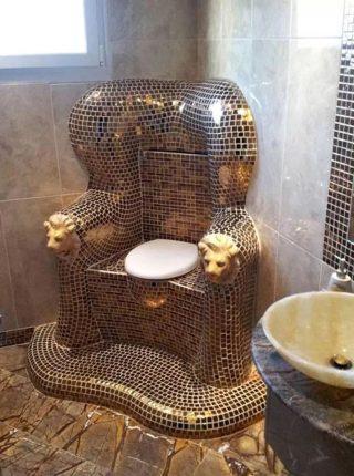 Унитаз в виде трона, оформленного блестящей мозайкой и головами львов