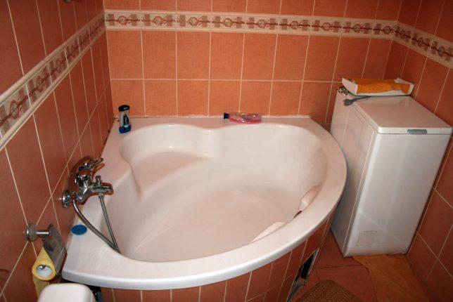 Угловая ванна в небольшом совмещённом санузле