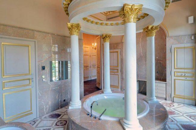 Роскошная ванная комната в классическом стиле