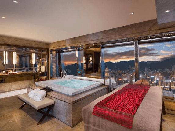Роскошная ванная комната с панорамным окном