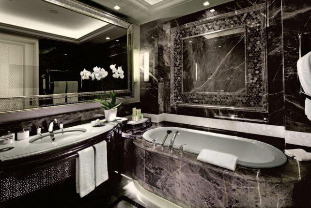 Шикарная ванная комната с телевизором