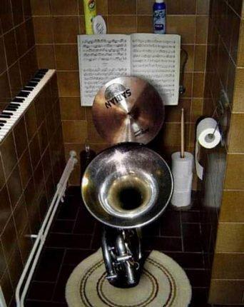 Смешной унитаз в форме музыкальных инструментов