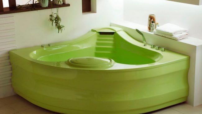 Угловая ванна насыщенного салатного цвета