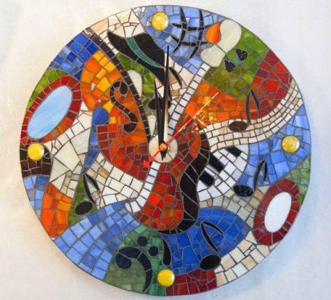 Настенные часы из битой плитки