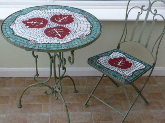 Кухонная мебель, украшенная битой плиткой