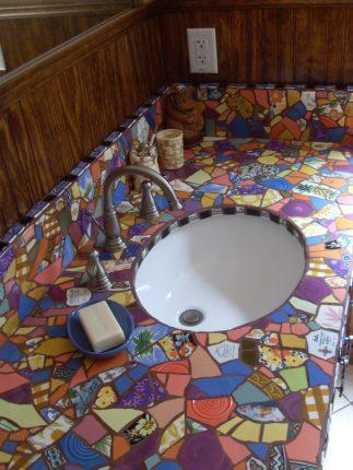 Столешница в ванной комнате из битой плитки своими руками