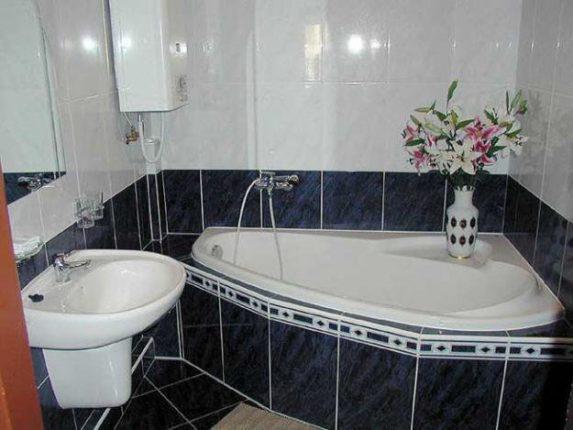 классическая кладка плитки в ванной