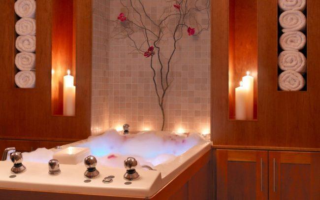 Ванная комната с декоративными свечами
