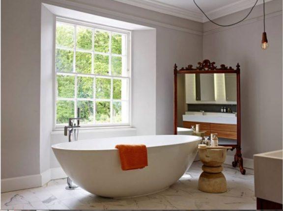 бюджетный дизайн ванной комнаты с большим зеркалом
