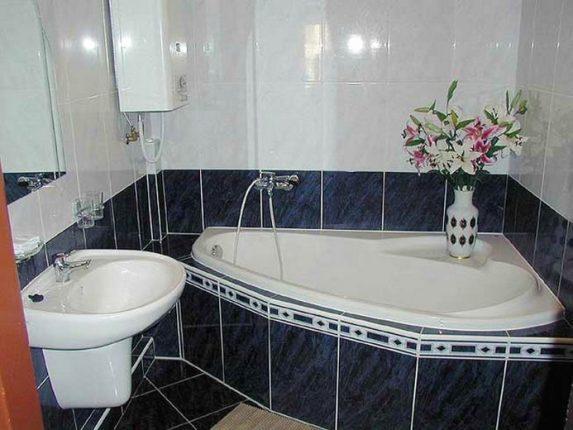 бюджетный дизайн ванной комнаты с блестящей плиткой