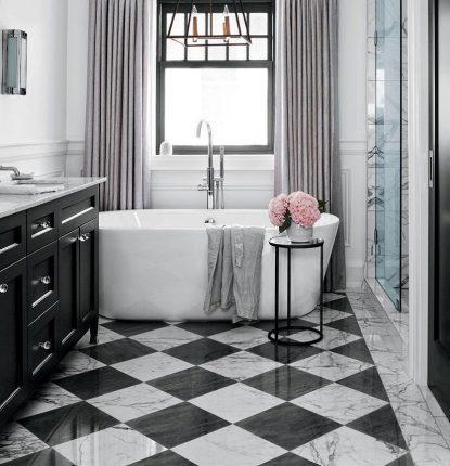 бюджетный дизайн ванной комнаты с чёрно-белой плиткой