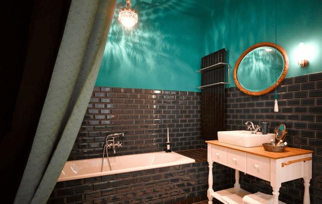 Необычная ванная комната с люстрой