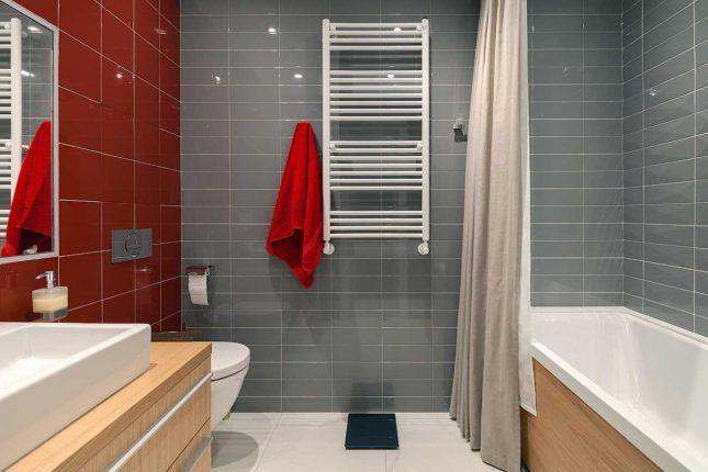 Акцентный угол в прямоугольной ванной комнате