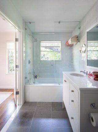 Прямоугольная ванная комнтата с окном