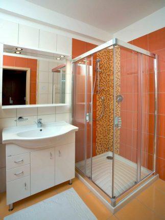Оформление маленькой ванной комнаты с душевой кабиной