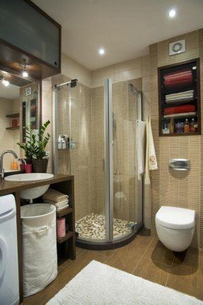 Удобные секции для хранения в маленькой ванной