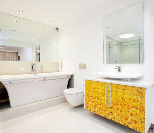 дизайн ванной комнаты в белых тонах с желтым контрастом