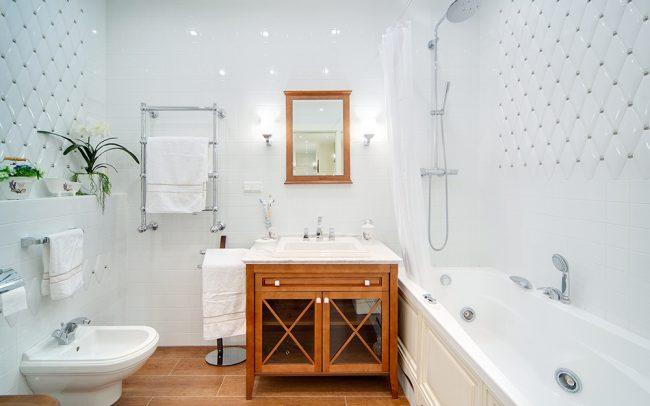 дизайн ванной комнаты в белых тонах с контрастом
