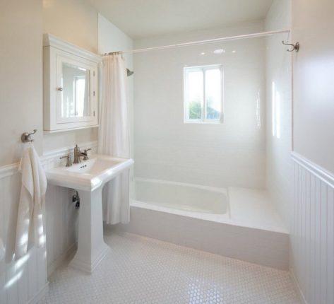 дизайн ванной комнаты в белых тонах с кремовым цветом