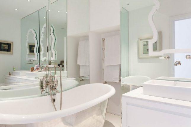 дизайн ванной комнаты в белых тонах с мятными оттенками