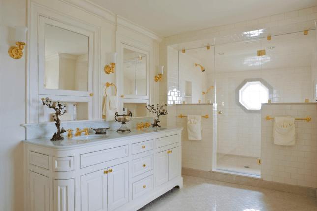 дизайн ванной комнаты в белых тонах с персиковым цветом