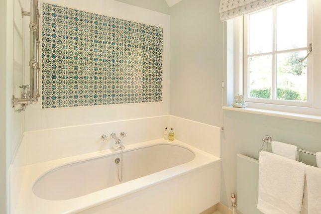 Панно из керамической плитки в маленькой ванной комнате