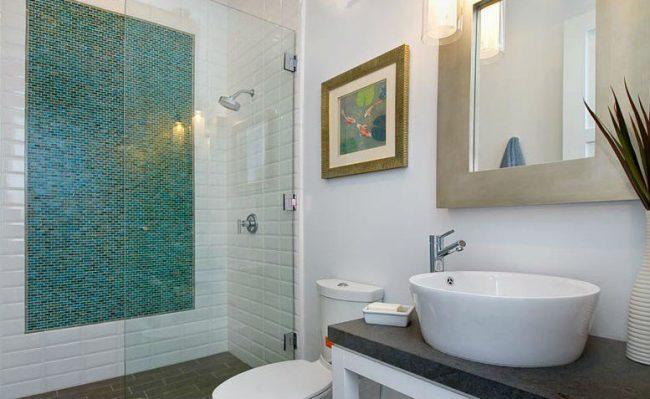 дизайн плитки для маленькой ванной комнаты с акцентом в виде панно