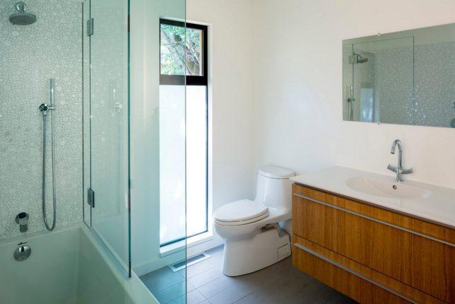 Деревянная мебель в интерьере ванной комнаты