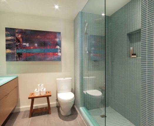 дизайн ванной комнаты с современной душевой перегородкой