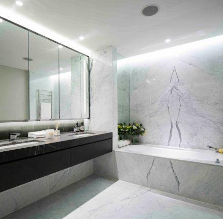 Имитация мрамора в интерьере ванной комнаты